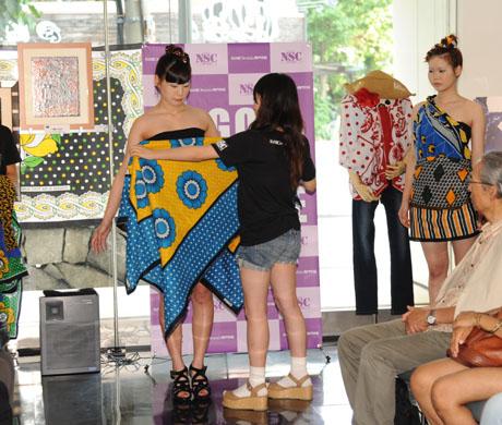 タンザニアのアートとクラフ卜展 2012で名古屋ファッション専門学校のショー_b0110019_17192027.jpg