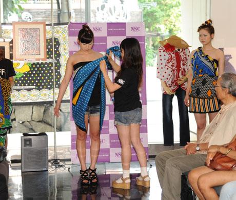 タンザニアのアートとクラフ卜展 2012で名古屋ファッション専門学校のショー_b0110019_17192568.jpg