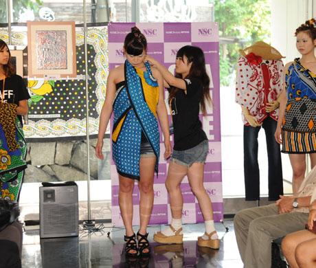 タンザニアのアートとクラフ卜展 2012で名古屋ファッション専門学校のショー_b0110019_17192925.jpg