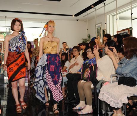 タンザニアのアートとクラフ卜展 2012で名古屋ファッション専門学校のショー_b0110019_1719328.jpg