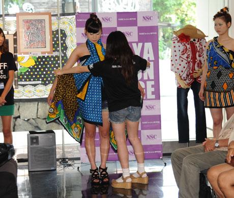 タンザニアのアートとクラフ卜展 2012で名古屋ファッション専門学校のショー_b0110019_17194632.jpg