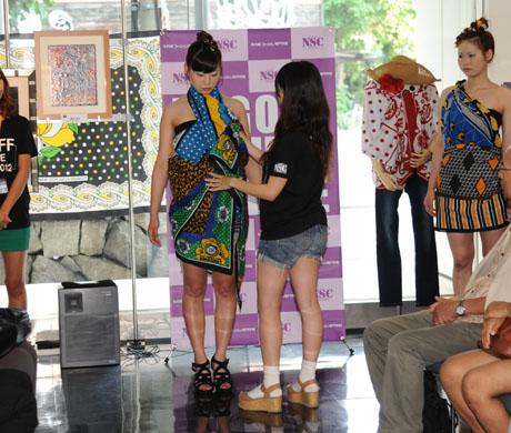 タンザニアのアートとクラフ卜展 2012で名古屋ファッション専門学校のショー_b0110019_17195190.jpg