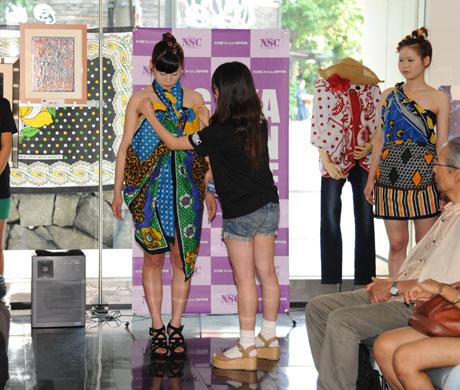タンザニアのアートとクラフ卜展 2012で名古屋ファッション専門学校のショー_b0110019_17195579.jpg