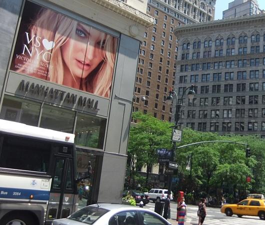 ビクトリア・シークレットのニューヨークを愛してますの巨大看板_b0007805_014170.jpg