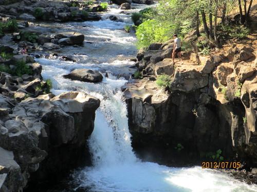 ちょっと涼んでいただきましょうシャスタのマクラウド滝_e0131324_10595087.jpg