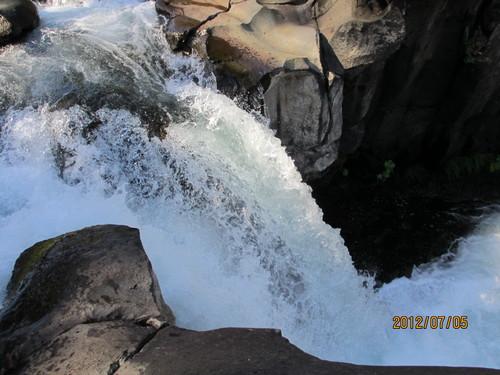 ちょっと涼んでいただきましょうシャスタのマクラウド滝_e0131324_1115735.jpg