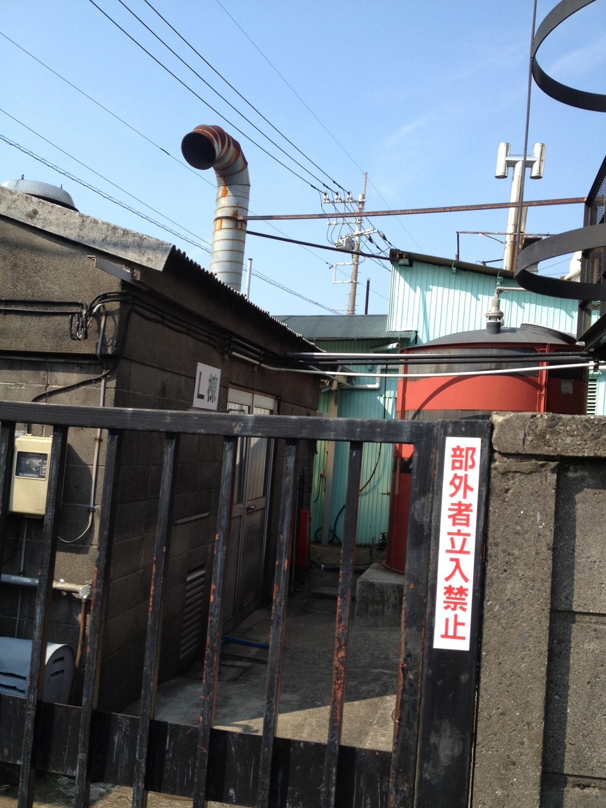 L棟 煙突 赤いタンク 立入禁止 電線 鉄格子 朝の空_a0163788_222156.jpg