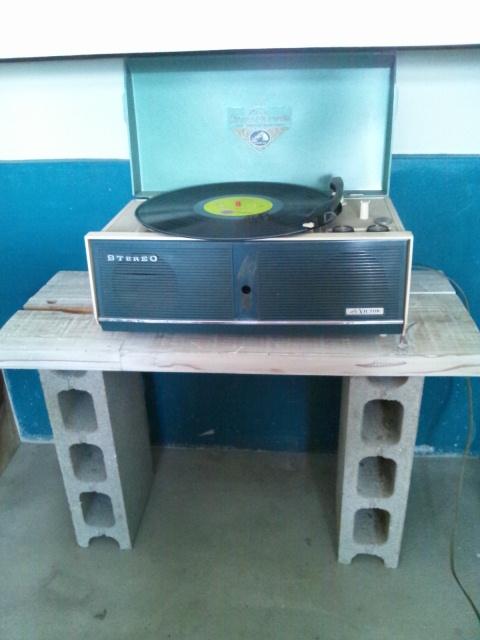 レコード台とOpen看板と友人来訪とおてもやん総踊り_c0246783_22305948.jpg