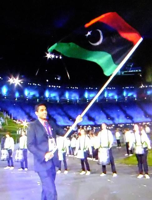 新生リビア、三色旗を掲げて…ロ...