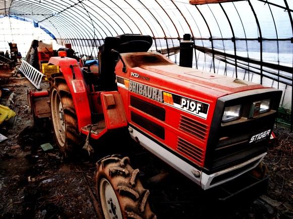 トラクターの上がとてもここちよいことを知らないでしょうぶるぶるっと土をか... journey