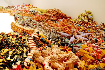 この夏は「藤浩志の美術展」@3331でおもちゃに埋もれる _c0060143_23442517.jpg