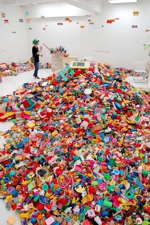 この夏は「藤浩志の美術展」@3331でおもちゃに埋もれる _c0060143_234455.jpg