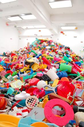 この夏は「藤浩志の美術展」@3331でおもちゃに埋もれる _c0060143_2345113.jpg