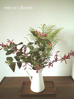 ダイニングの壁に花を飾る_b0245038_18245371.jpg