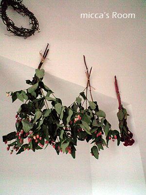 ダイニングの壁に花を飾る_b0245038_18252998.jpg