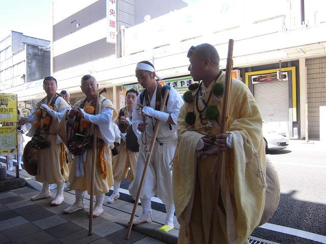本物の山伏の皆さんが吉原宿に到着 「富士峰修行」_f0141310_8201678.jpg
