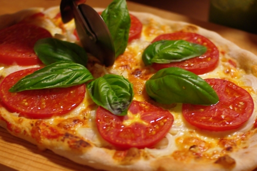 自家製トマトソースとフレッシュトマトのピザ_c0110869_21182993.jpg