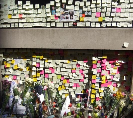 スティーブ・ジョブズさん追悼特集 ニューヨークSOHO店前_b0007805_704574.jpg