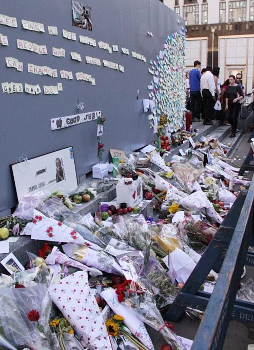 スティーブ・ジョブズさん追悼特集 ニューヨーク5th Avenue店前_b0007805_7144513.jpg