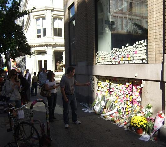 スティーブ・ジョブズさん追悼特集 ニューヨークSOHO店前_b0007805_722018.jpg