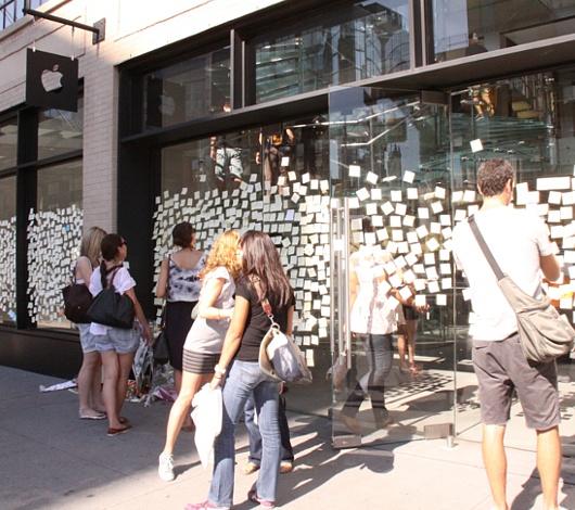 スティーブ・ジョブズさん追悼特集 ニューヨークWest14丁目店前_b0007805_7398100.jpg