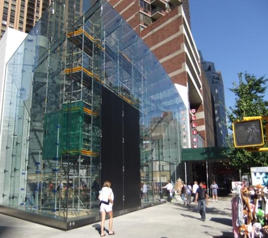スティーブ・ジョブズさん追悼特集 ニューヨークWest68丁目店前_b0007805_7504917.jpg