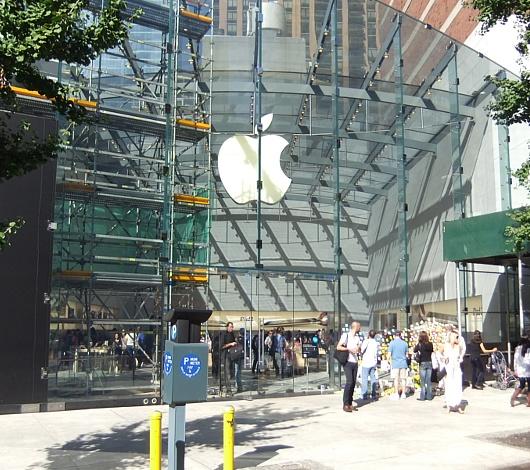 スティーブ・ジョブズさん追悼特集 ニューヨークWest68丁目店前_b0007805_7505850.jpg