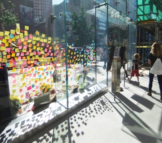 スティーブ・ジョブズさん追悼特集 ニューヨークWest68丁目店前_b0007805_7514998.jpg
