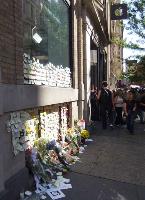 スティーブ・ジョブズさん追悼特集 ニューヨークSOHO店前_b0007805_751621.jpg