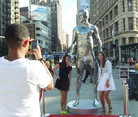 ニューヨークの街角にもパンツいっちょベッカムさん像_b0007805_1211299.jpg
