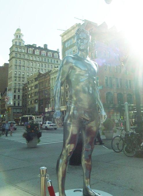 ニューヨークの街角にもパンツいっちょベッカムさん像_b0007805_1212496.jpg