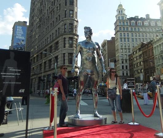 ニューヨークの街角にもパンツいっちょベッカムさん像_b0007805_1231490.jpg