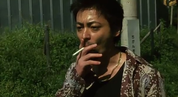 タバコをふかす山田孝之