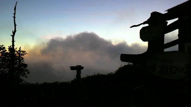 もどかしい朝の空模様。太陽は出ない…、と思えば チラチラするし、見える!と思えば 厚い雲…。朝の気温12℃。_c0089831_5461026.jpg
