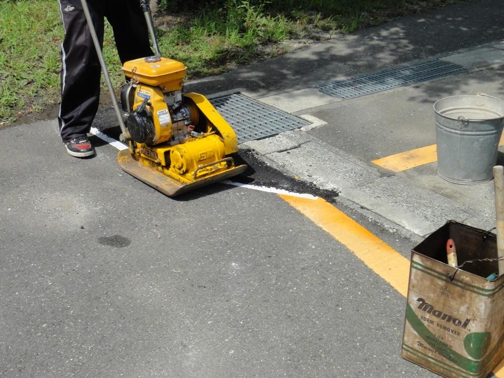 舗装修復作業_c0111229_18283537.jpg