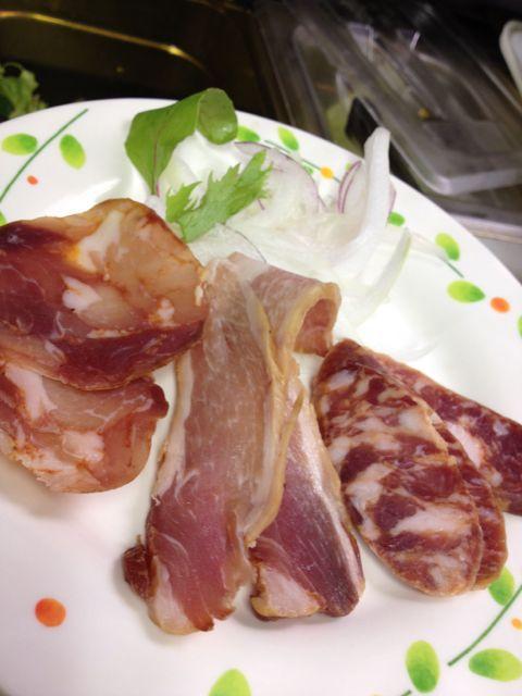本日のおつまみは肉のうま味がギュッとつまった三種盛り♪スパニッシュチョリソ、トロッケンシュペック、メットブルスト♪ビーフスモークタン、枝豆も!_c0069047_2032680.jpg