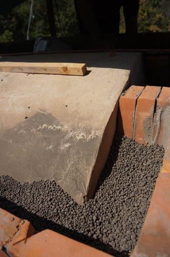 熱を逃さない窯作り~アントネッロの手作り石窯_f0106597_19394342.jpg