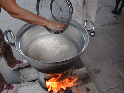 炊き出し訓練を実施。_a0154110_11223353.jpg