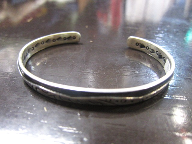 SILVER BANGLE ・・・ TOP ARTIST (Indian JEWELRY) その①_d0152280_3254696.jpg