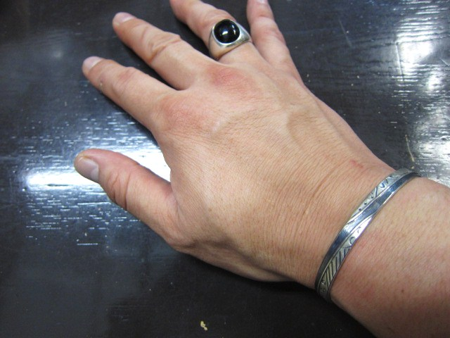 SILVER BANGLE ・・・ TOP ARTIST (Indian JEWELRY) その①_d0152280_3281694.jpg