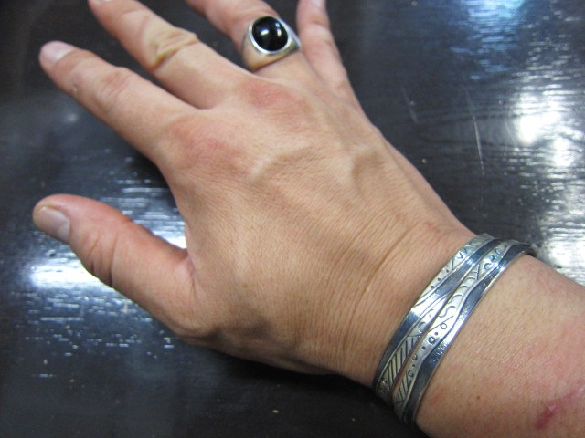 SILVER BANGLE ・・・ TOP ARTIST (Indian JEWELRY) その①_d0152280_3285184.jpg
