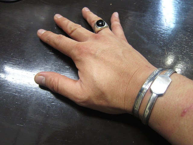 SILVER BANGLE ・・・ TOP ARTIST (Indian JEWELRY) その①_d0152280_329758.jpg