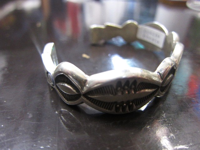 SILVER BANGLE ・・・ TOP ARTIST (Indian JEWELRY) その①_d0152280_333146.jpg