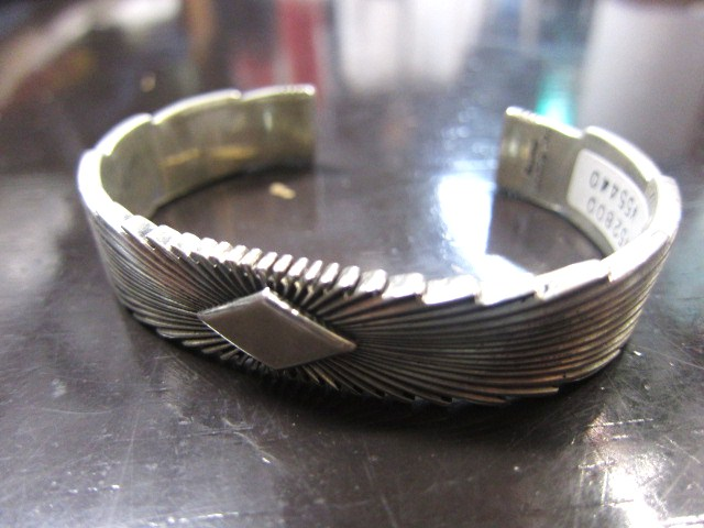 SILVER BANGLE ・・・ TOP ARTIST (Indian JEWELRY) その①_d0152280_3363759.jpg