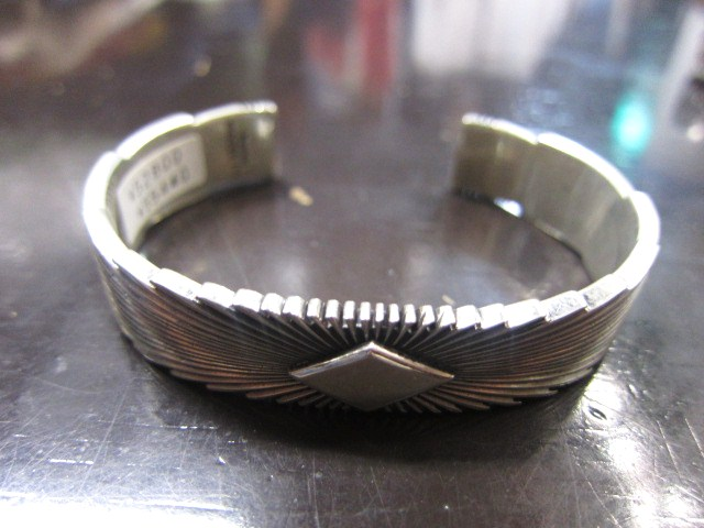 SILVER BANGLE ・・・ TOP ARTIST (Indian JEWELRY) その①_d0152280_3365382.jpg