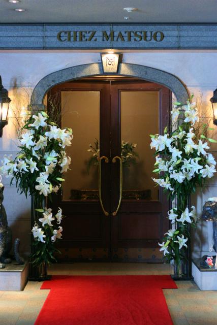 シェ松尾青山サロン様の装花 ユリカサブランカのエントランス_a0042928_17583285.jpg