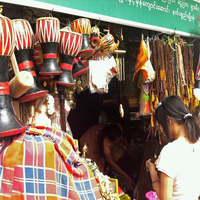 様々な商品がある寺院の雑貨屋_c0098222_17105235.jpg