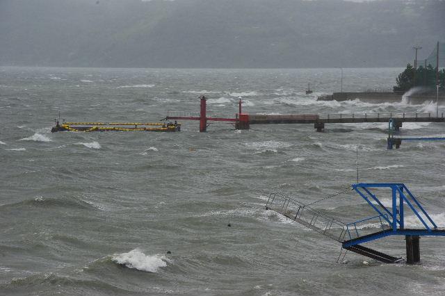台風16号、接近遭遇。荒れる博多湾_c0011649_15475987.jpg