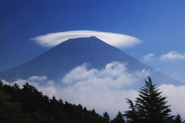 田貫湖朝景色 富士の姿は見えないが雲間からの光に照らされた静寂な湖面が...  フォトサロン