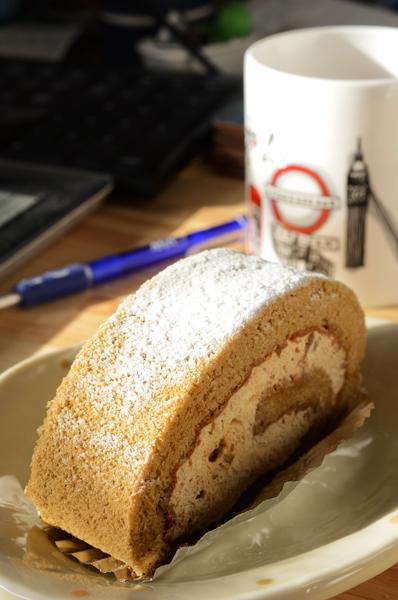ココア味のロールケーキ_a0003650_23345211.jpg